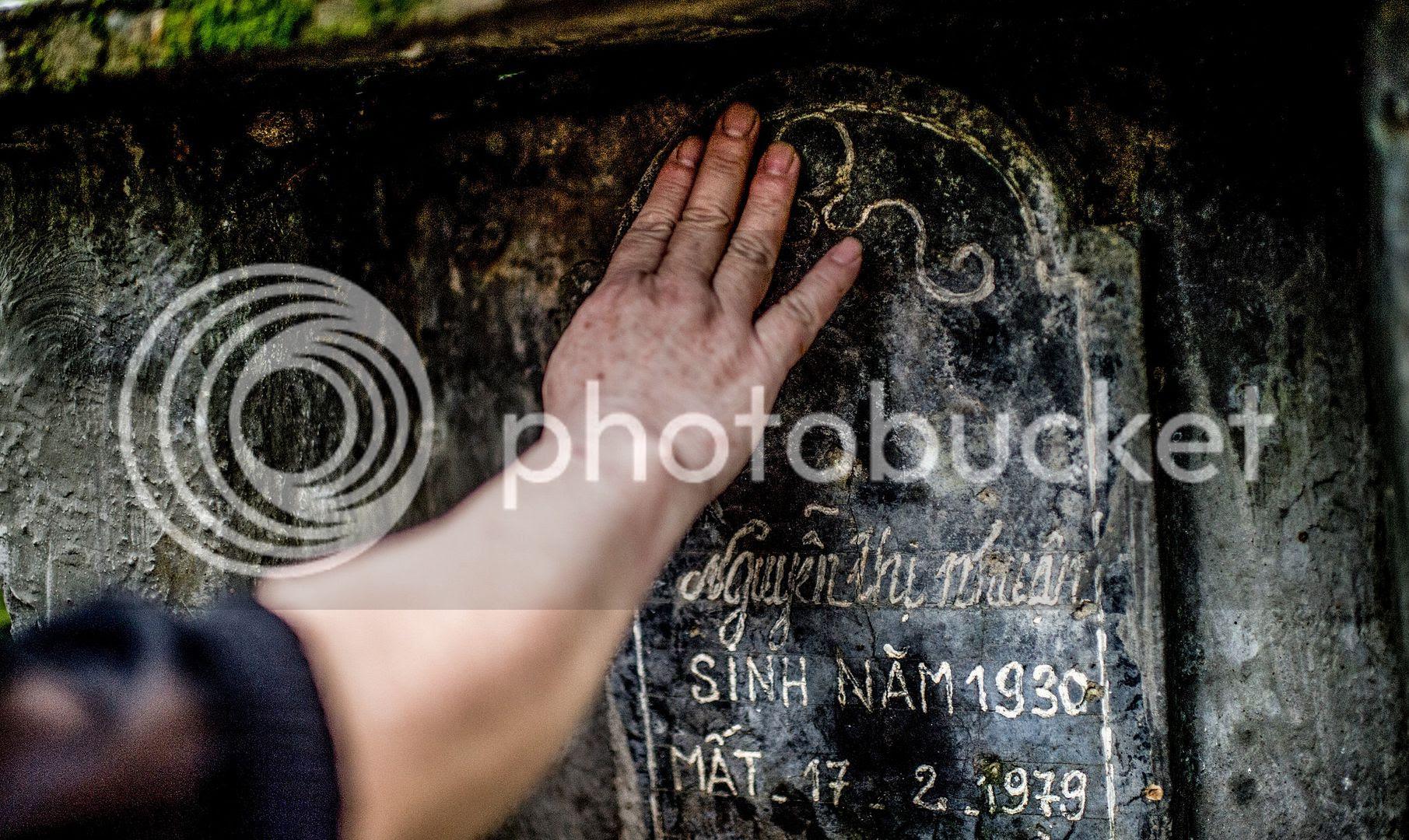 Bà Hiền thăm mộ người mẹ đã bị quân Trung Quốc bắn chết ngày 17.2.1979