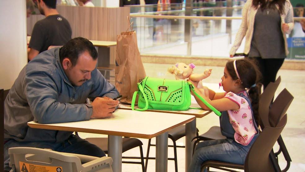 Uso de celular e outras tecnologias móveis pelos pais pode ter impacto no comportamento dos filhos, segundo estudo (Foto: Reprodução TV Globo)