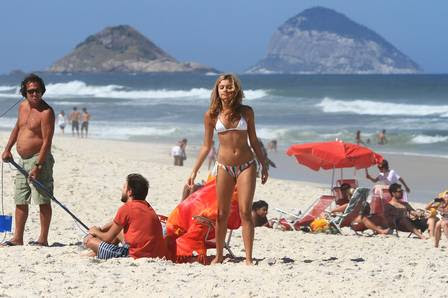 Sophie Charlotte grava de biquíni em praia no Rio