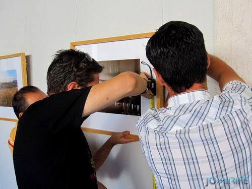 Montagem da exposição colectiva de Fotografia «Figueira da Foz, aqui sou feliz» em comemoração do 131º aniversário da Elevação da Figueira da Foz a Cidade - Medir para que as molduras estejam niveladas