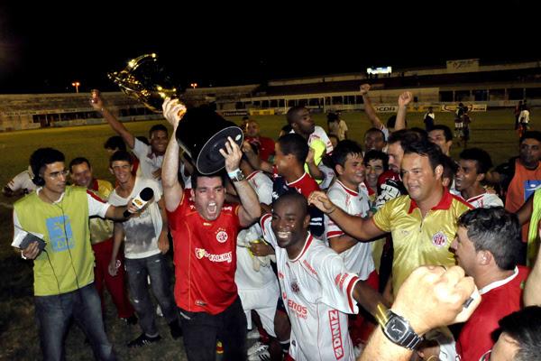 Após o apito final do árbitro, em Mossoró, o presidente do América, Alex Padang, os jogadores e o técnico americano fizeram a festa