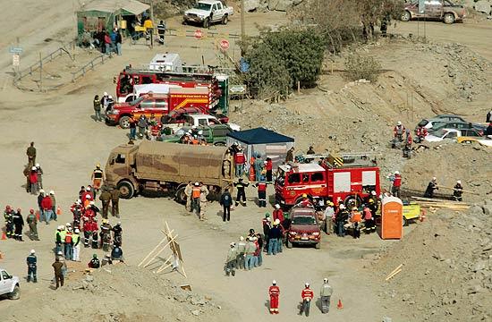 Equipes de resgate do lado de fora da mina onde 34 funcionários estão presos, no norte do Chile