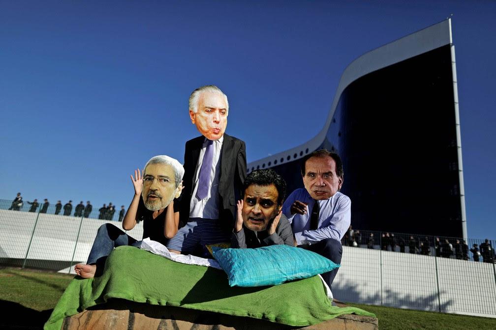 7 de junho - Manifestantes usam máscaras de Antonio Imbassahy, Michel Temer, Aécio Neves e Aloysio Nunes em protesto diante do Tribunal Superior Eleitoral (TSE) antes de início do segundo dia de julgamento da chapa Dilma-Temer. O ato foi organizado pela rede de ativistas Avaaz (Foto: Ueslei Marcelino/Reuters)