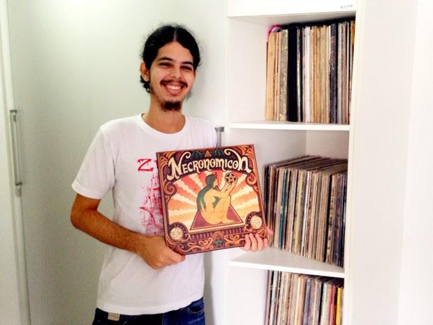 Pedro Ivo exibe com orgulho o vinil de sua banda lançado nos Estados Unidos (Foto: Rivângela Gomes/G1)