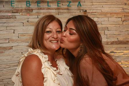 Juliana beija a mãe