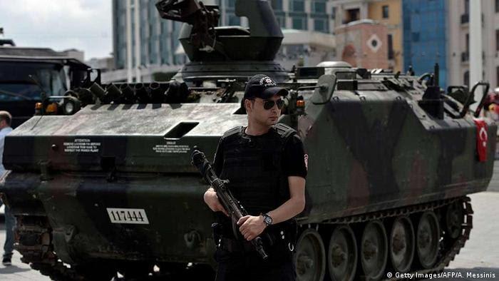 Auch eine Woche nach dem Umsturzversuch sichern Polizeikräfte die Innenstädte (Foto: AFP)