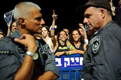 Tel Aviv.  Ambos os lados da barreira policial (Foto: Kalmar)