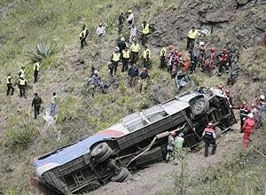 Equipes de resgate trabalham no local onde ônibus caiu de ribanceira no Equador, deixando 13 mortos e 37 feridos