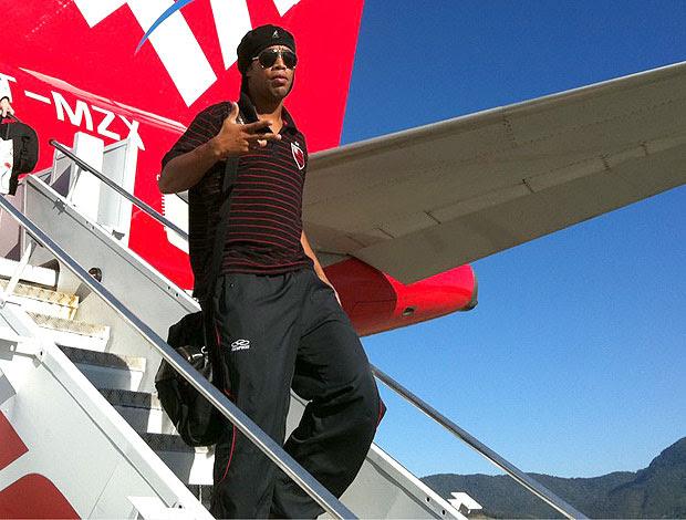 Ronaldinho Gaúcho no desembarque do Flamengo em Florianopolis (Foto: Reprodução / Twitter)