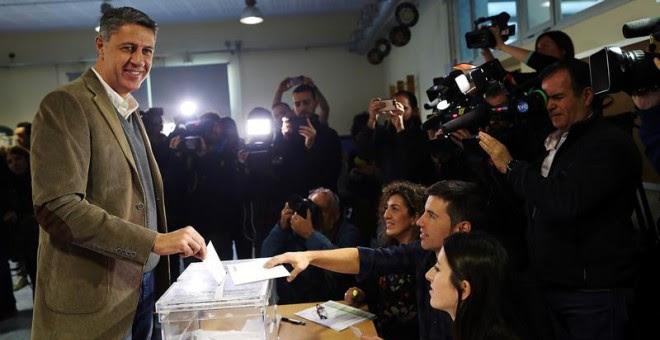 El cabeza de lista a la presidencia de la Generalitat por el PPC, Xavier García Albiol, vota en la Escola Lola Anglada en la ciudad de Badalona, más de cinco millones y medio de catalanes están llamados a las urnas en esta jornada de elecciones autonómica