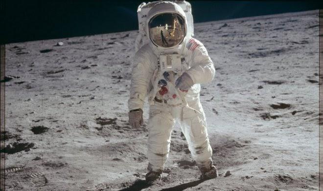 Профессиональный художник показал, что на самом деле видел Базз Олдрин на Луне