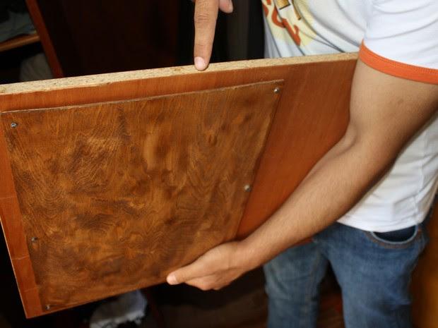 Muhannad M. mostra o local onde estava escondido o dinheiro no armário que ganhou (Foto: Divulgação/MindenPolizei)