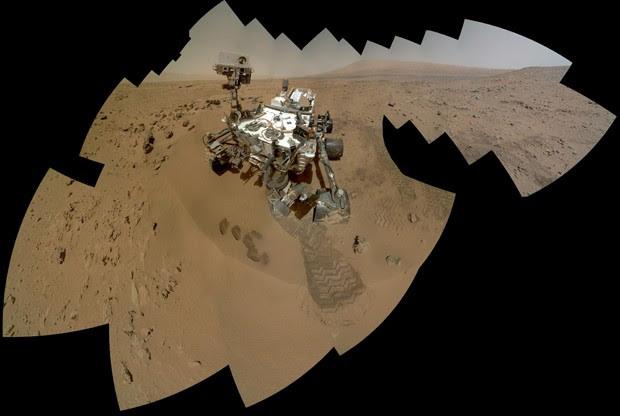 Este é um mosaico formado pelas imagens adquiridas pelo Curiosity em seu 85º dia em Marte; marcas de escavação mostram local de onde amostras foram retiradas para análise. (Foto:  NASA/JPL-Caltech/Malin Space Science Systems)