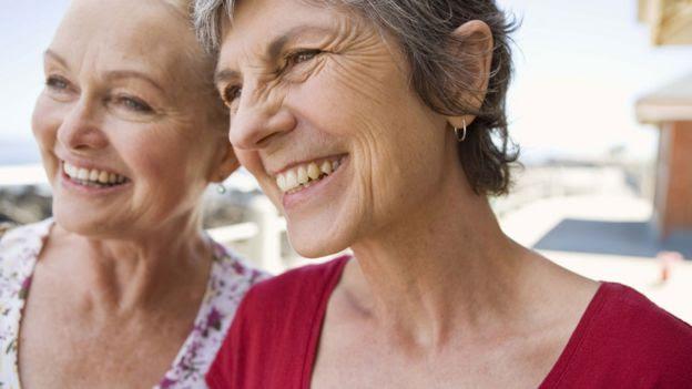 Dos amigas sonriendo