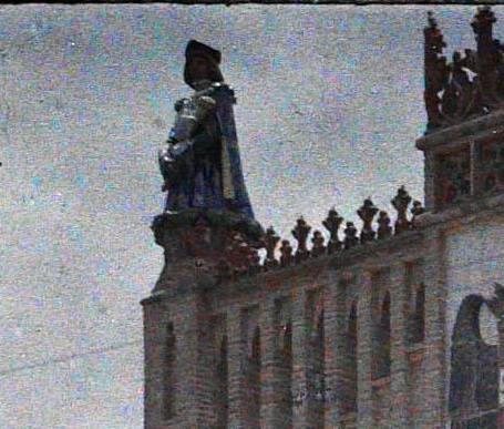 Heraldo que adornaba la Escuela de Artes y Oficos de Toledo entre el 15 y el 17 de junio de 1914. Autocromo de Auguste Léon (detalle). © Musée Albert-Kahn - Département des Hauts-de-Seine