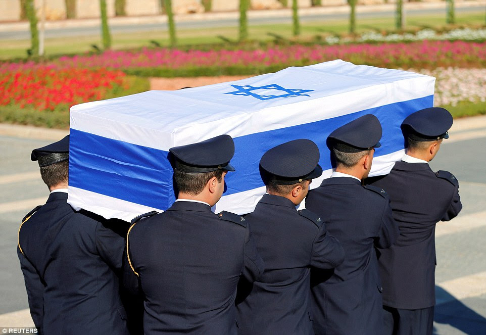 Colocado para descansar: membros da Guarda Knesset carregar o caixão coberto pela bandeira do ex-presidente israelense, Shimon Peres, durante uma cerimônia no Parlamento israelense, antes de ser transportada para o Monte Herzl cemitério à frente de seu funeral em Jerusalém