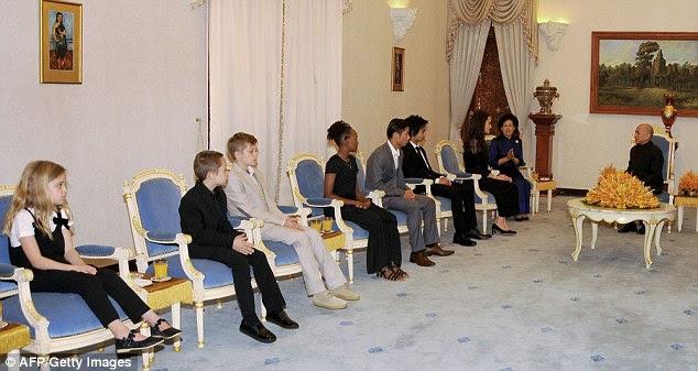Grande honra: Jolie e seus seis filhos, incluindo gêmeos Knox e Vivienne (de extrema esquerda), de oito anos de idade, participaram de uma audiência com o rei cambojano Norodom Sihamoni