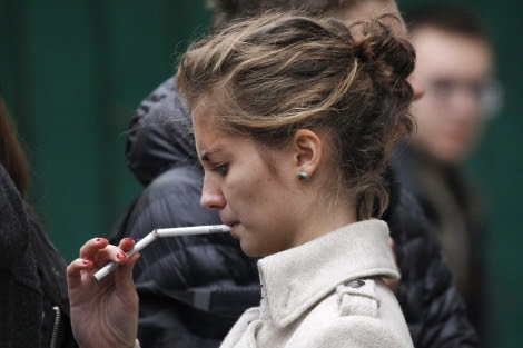 El tabaquismo está aumentando la incidencia de cáncer de pulmón entre las mujeres.   Reuters