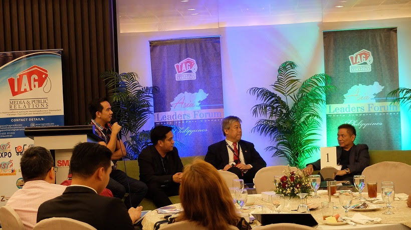 Filipino Motivational Speaker acts as moderator for panel discussion