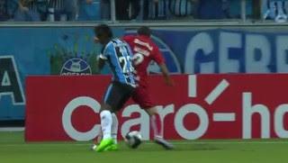 Bolaños choque com William Grêmio Internacional (Foto: Reprodução)