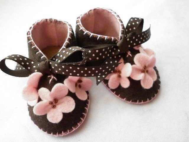 Pink and brown handmade baby girl booties with flowers. Ref No FB01