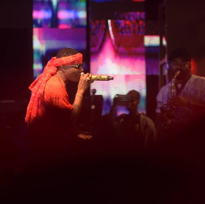 wizkid performing at his show