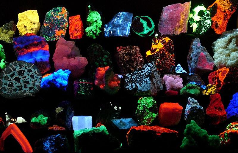 File:Fluorescent minerals hg.jpg