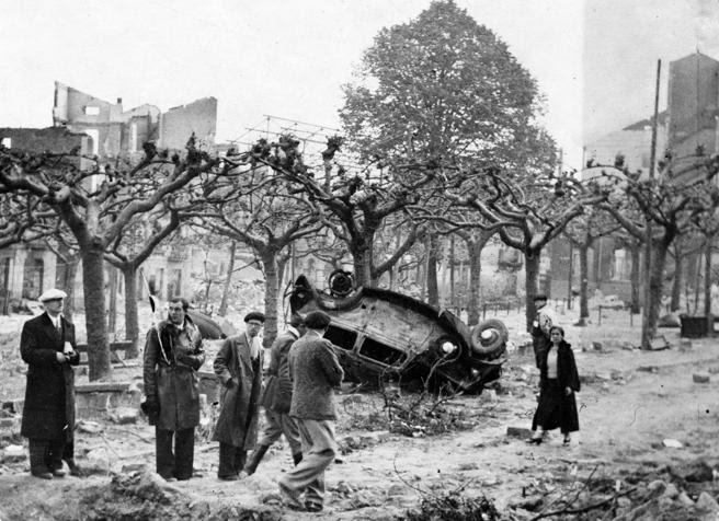 Vecinos de Gernika, poco después del bombardeo