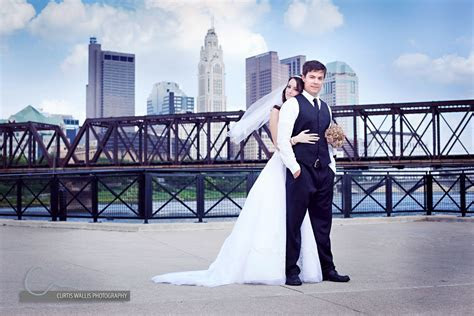 columbus engagement pictures with skyline     Wedding