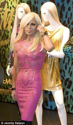 Donatella Versace enfrentou a multidão para fazer uma aparição no Regent St H & M loja
