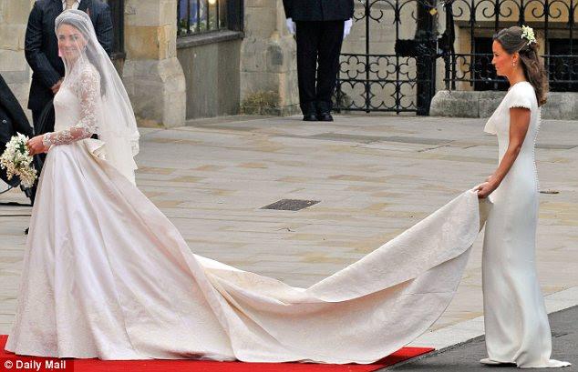 Vale a pena esperar o: Kate Middleton - e sua irmã Pippa - em suas Sarah Burton concebido Alexander McQueen vestidos de casamento real