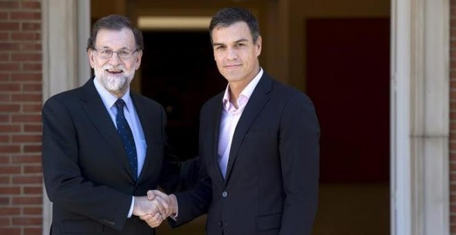 Rajoy y Sánchez se saludan en la escalinata de la Moncloa.   EFE