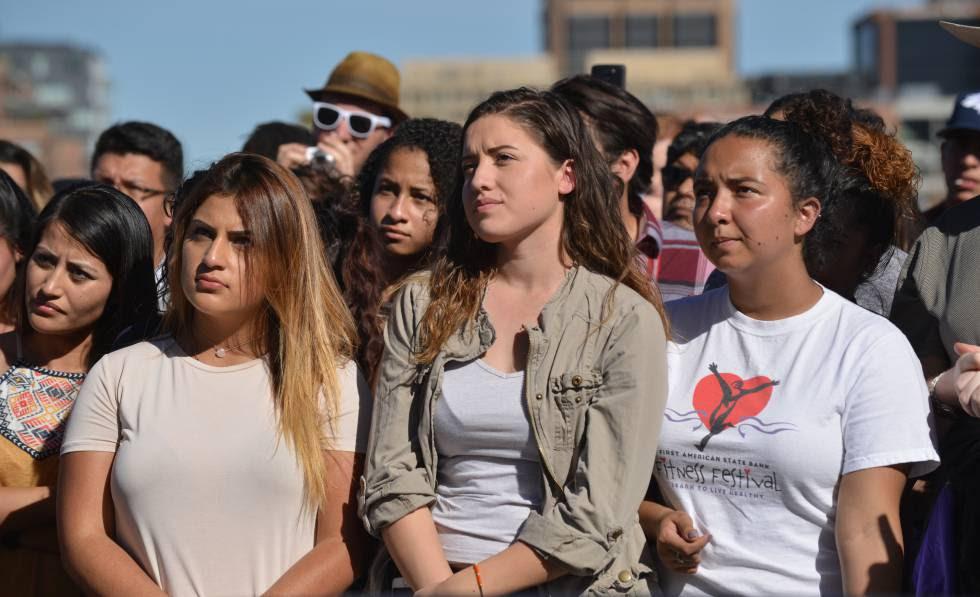 Estudiantes latinos en la universidad atendiendo a una charla sobre el activismo.rn
