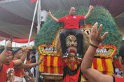 Nonton Parade di Kirab Kebangsaan, Anies Digendong Reog Ponorogo