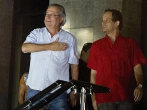 José Dirceu saúda apoiadores ao se entregar à PF em São Paulo (Foto: Nelson Almeida/AFP)