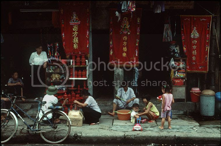 Anh chat ve Ha Noi nam 1994-1995 cua Bruno Barbey (1) - Anh 1
