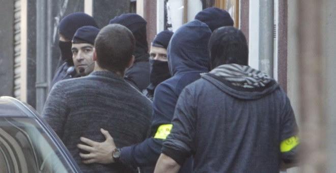Los Mossos d'Esquadra, ante el Ateneu Llibertari de Sants donde llevan a cabo una operación relacionada con el llamado 'caso Pandora', que en diciembre de 2014 comportó la detención de 11 jóvenes anarquistas. EFE/Marta Pérez