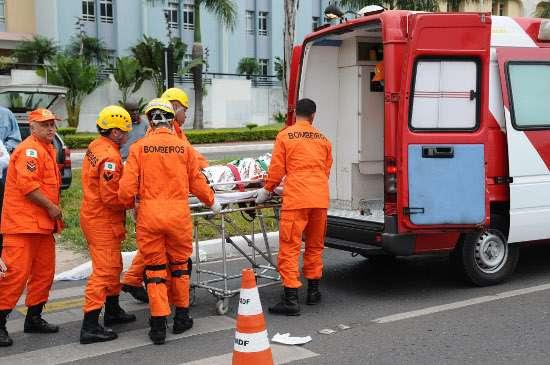 Bombeiros socorrendo vítima após atropelamento (Monique Renne/CB/D.A Press)