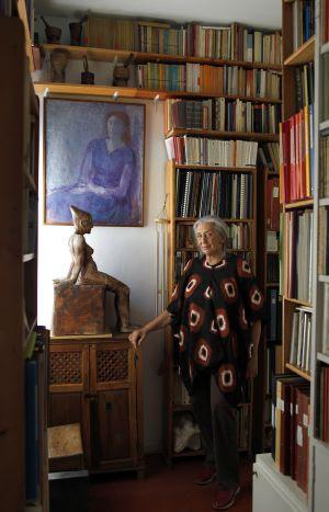 La poeta y traductora Clara Janés, en un rincón de su biblioteca en su domicilio de Madrid en una imagen de 2011.