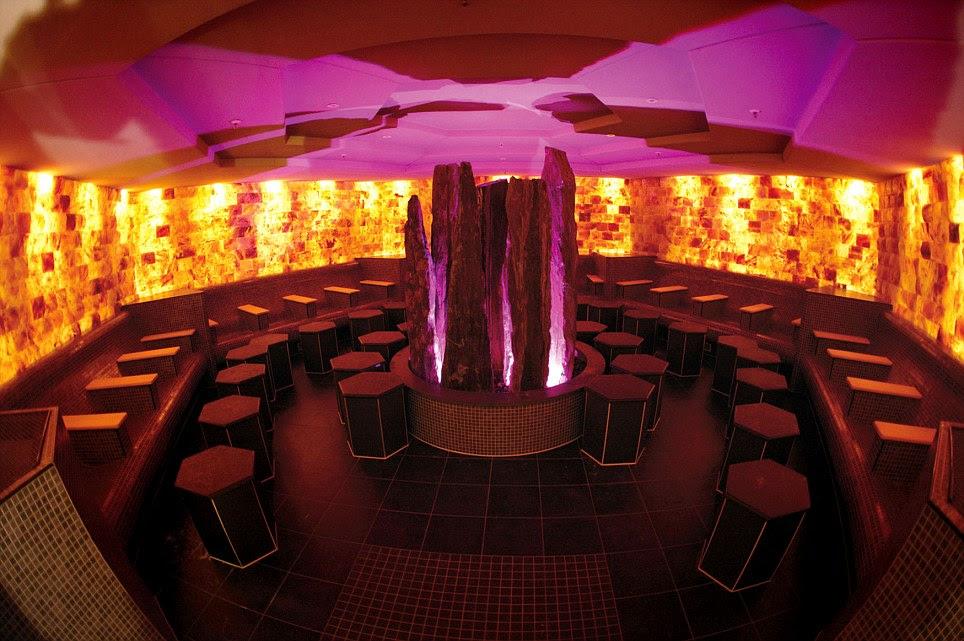 Tiempo para tomar una copa?  Un bar discoteca de estilo mantiene los cócteles fluyen, pero por desgracia no hay vistas de las estrellas desde la terraza