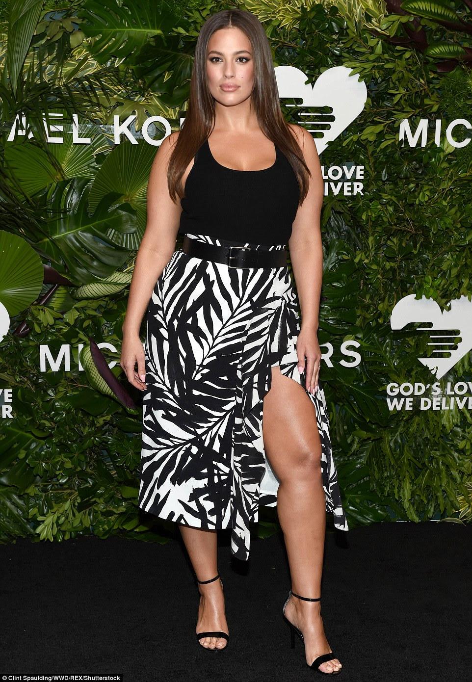 Tanques muito!  Ashley Graham mostrou suas amplas curvas em uma saia monocromática emparelhada com um tanque preto e pesado