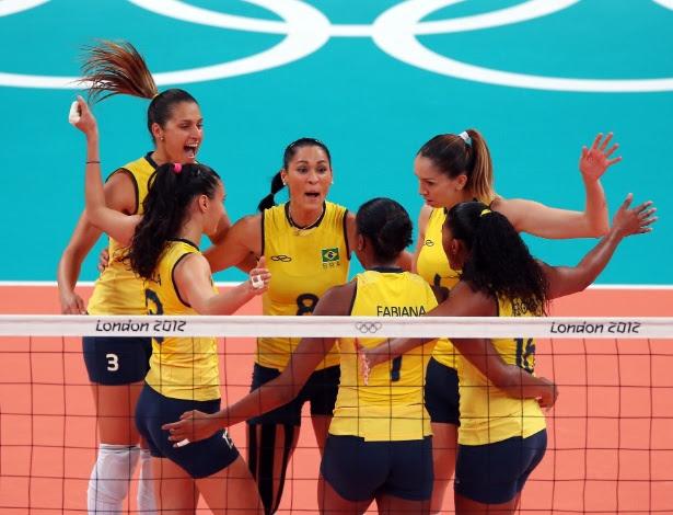 Jogadoras do Brasil comemoram após vencerem o segundo set contra os EUA na final do vôlei