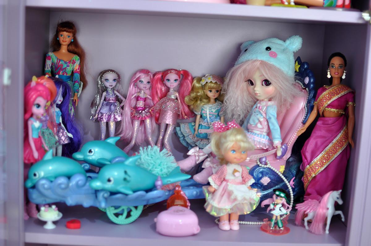 cristaleira com brinquedos e bonecas
