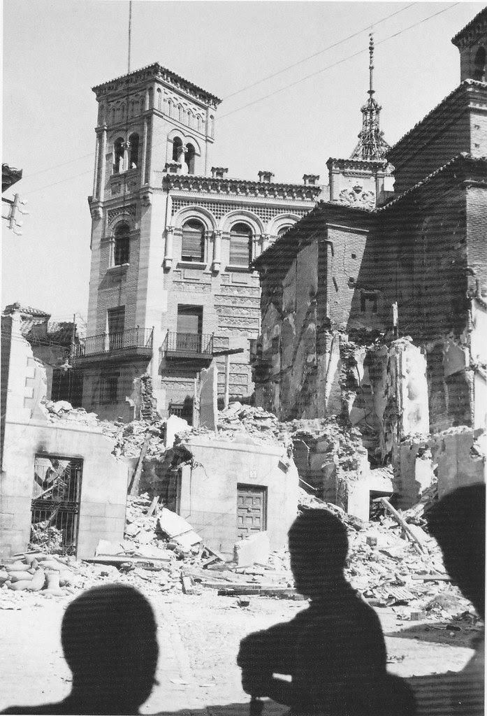 Casino y Plaza de la Magdalena (Toledo) en la Guerra Civil. Septiembre de 1936. Fotografía de Hans Namuth/Georg Reisner