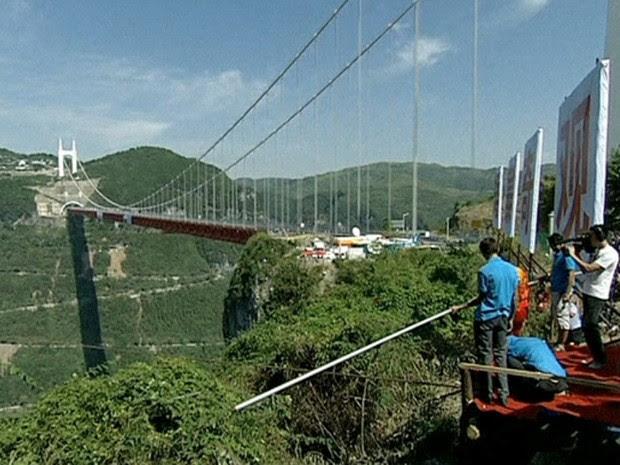 A distância de 1,4 mil metros foi a maior já percorrida por equilibristas simultaneamente (Foto: BBC)