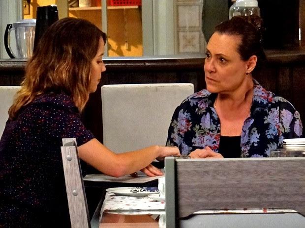 Tina fica surpresa com interrogatório de Laura (Foto: Gshow)