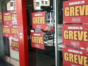 Fachada de agência bancária em Campinas com cartazes de greve dos bancários  (Foto: Murillo Gomes)