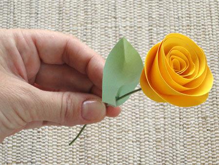 Flor avulsa da rosa de papel para projetos de artesanato