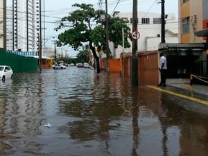 Rua Ceará, no bairro da Pituba, está alagada nesta segunda-feira (Foto: Júlio César/TV Bahia)