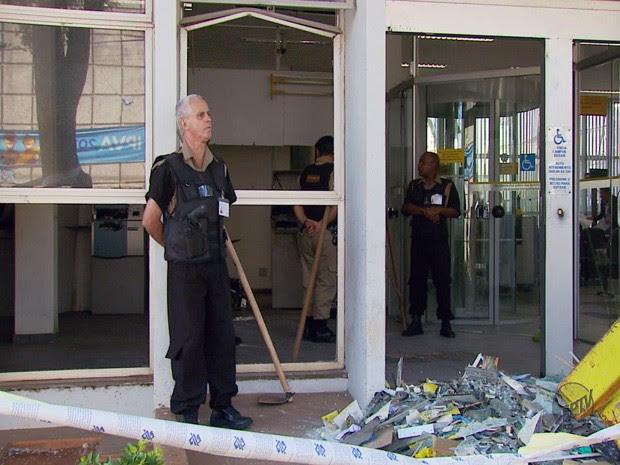 Criminosos explodem caixas eletrônicos em Campos Gerais (Foto: Reprodução EPTV)